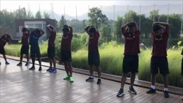 นักฟุตบอลทีมชาติไทยชุดเอเชี่ยนเกมส์ ยืดกล้ามเนื้อ บริเวณสระว่ายน้ำของโรงแรม