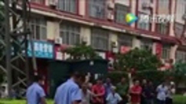 ตกใจปนงง หญิงจีนถูกมัดตัว นอนขวางอยู่กลางถนน