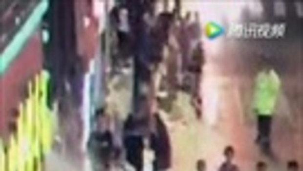 ป้ายหน้าร้านกลางเซี่ยงไฮ้ พังถล่มทับคนเดินเท้า เป็นโศกนาฏกรรม 3 ศพ