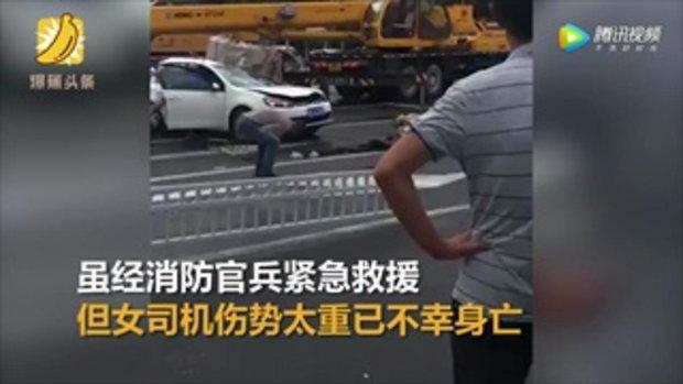 สาวจีนจอดรถติดไฟแดง เจอเหล็กม้วนหล่นจากรถบรรทุกทับ ดับสยอง