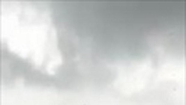 คลิปพายุพัด บ้านลมลอยสูง ทำลุงวัย 65 ปี ตกกระแทกพื้นเสียชีวิต