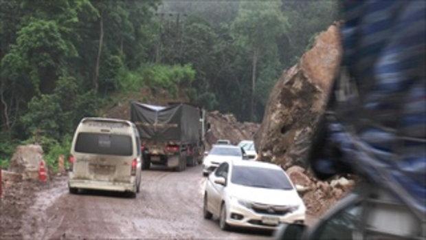 ระทึก! หินยักษ์กลิ้งถล่มปิดถนนแม่สอด รถตำรวจหลบทันหวิดถูกบดขยี้ (มีคลิป)