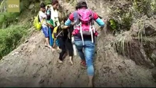 เสี่ยงตายทุกวัน! การเดินทางของนักศึกษาบนเทือกเขาหิมาลัย