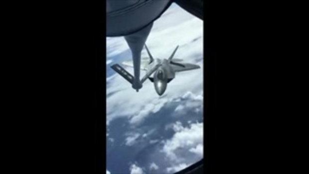 คลิป เครื่องบินรบ F-22 เติมน้ำมันกลางอากาศ