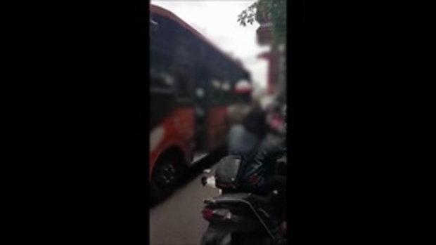 นาที คนขับรถเมล์หัวร้อน! กระโดดถีบสองขาผู้โดยสารต่อหน้าตำรวจ