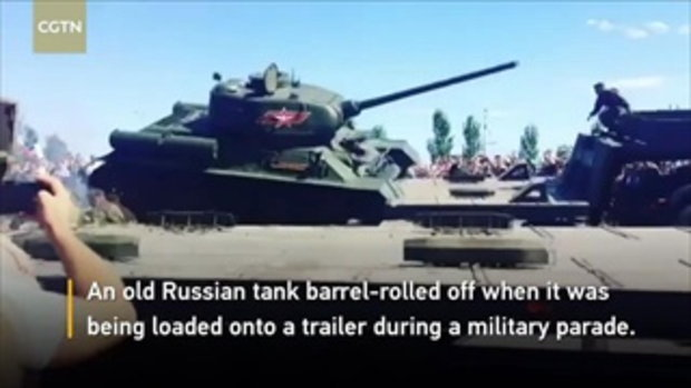 ระทึก รถถังสมัยสงครามโลก พลิกคว่ำในงานพาเหรดรัสเซีย