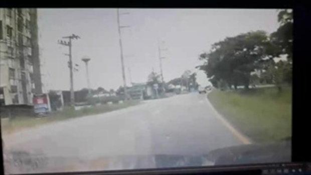 รถกระบะปาดซ้ายขวาซิ่งชนแหลก