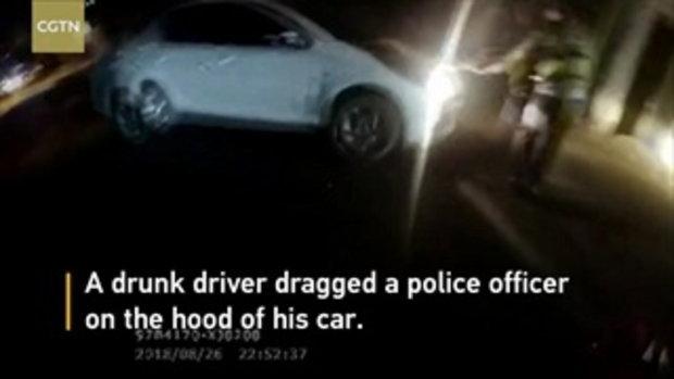 ตำรวจจีนมือกาว กระโดดเกาะรถเมาแล้วขับ ซิ่งไปไกลกว่า 5 กม.