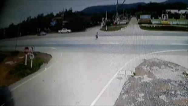 ลุงวัย 51 ปี ขี่จักรยานยนต์ตัดหน้ากระบะพุ่งชนอย่างจัง อาการสาหัส