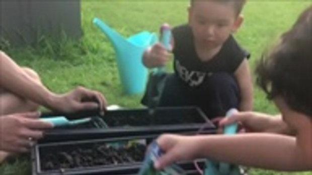 ป๋อ-เอ๋ ชวนลูกๆ ปลูกผักกินเอง