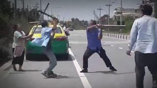แท็กซี่หัวร้อน เปิดวอร์ทะเลาะแย่งลูกค้า ถือมีด-ไม้ตะลุมบอนกลางถนน