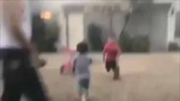 หัวร้อนแต่เด็ก! หนุ่มน้อยรับบอลพลาด กระแทกเข้าหน้า วิ่งใส่จะตื้บเพื่อน