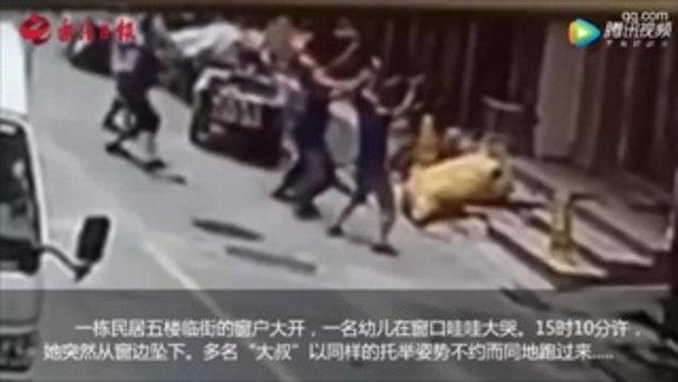2 ฮีโร่หนุ่มรับเด็กตกตึก 18 เมตร จนตัวเองแขนหัก