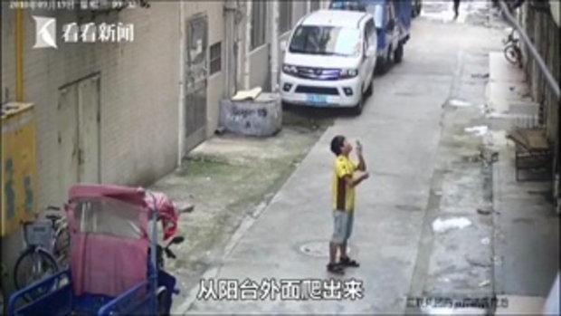 นาทีชีวิต เด็กชายพลัดตกระเบียง หนุ่มส่งอาหารหูดีตาไวกางผ้ารองรับ