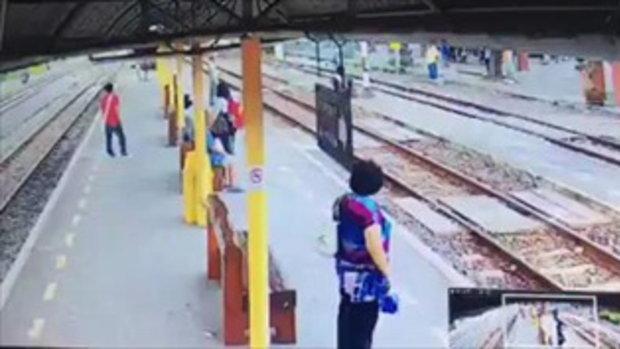 คลิปนาที พนง.การรถไฟ วิ่งผลักชายยืนบนราง ขวางทางเดินรถ
