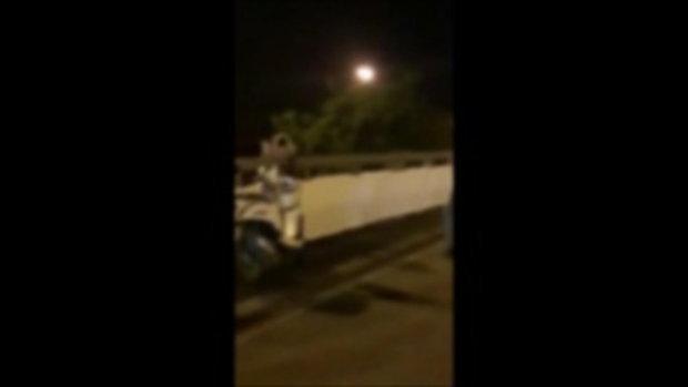 นาทีชีวิต ตำรวจกล่อมนักเรียนหญิงคิดโดดสะพาน ก่อนคว้ามือได้หวุดหวิด