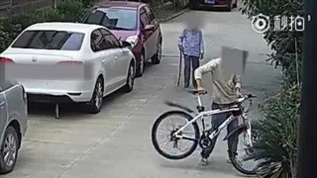 เปิดคลิปโจ๋หัวร้อน กระทืบยายวัย 87 จนกระดูกหัก เพราะเตือนเรื่องจักรยาน