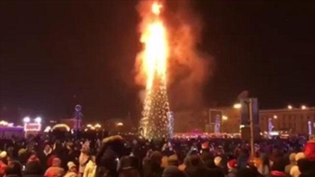 รัสเซียเคาท์ดาวน์ปีใหม่ร้อนระอุ เพลิงไหม้วอดต้นคริสต์มาสเหลือแต่โครงเหล็ก