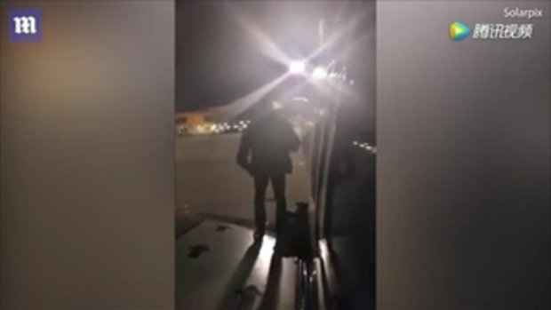 ชายโปแลนด์ใจร้อน เครื่องบินลงจอดช้า เปิดประตูฉุกเฉิน-โดดลงรันเวย์