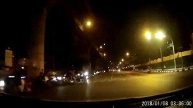 เย้ยตำรวจ เด็กแว้นกว่า 100 คัน รวมตัวปิดถนนกลางกรุงซิ่งรถประลองความเร็ว