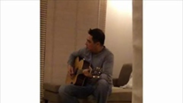 เอ อนันต์ ถูกถ่ายตอนเผลอ โชว์ลีลาเล่นกีต้าร์ คนแห่คอมเม้นท์คิดถึงเสียงร้องเพลง