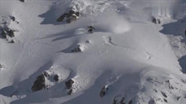ระทึก เผยคลิปหนุ่มเล่นสโนว์บอร์ดลงเขา จู่ๆ เกิดหิมะถล่มไล่หลัง
