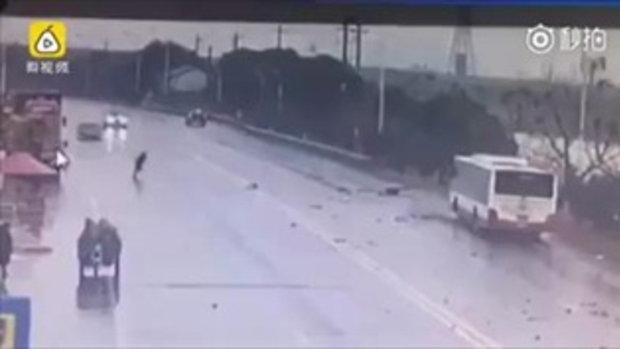 """ชายจีนวิ่งสุดชีวิต ใช้เครน """"ตก"""" คนขึ้นจากรถบัสดิ่งน้ำ"""