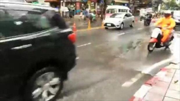 สภาพผิวการจราจร บนถ.อโศกมนตรี มุ่งหน้า แยกอโศกเพชร หลังเกิดฝนตกลงมาอย่างหนัก
