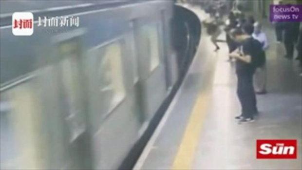 หนุ่มจู่โจมผลักหญิงสาวตกสถานี ตัดหน้ารถไฟเสี้ยววินาที