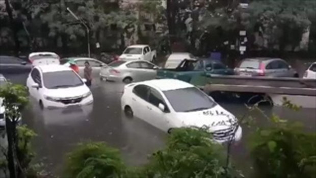 น้ำรอระบายนานเกิน !! เผยภาพแฟลตคลองจั่นรถจมนับ 10 หลังฝนถล่มกรุง