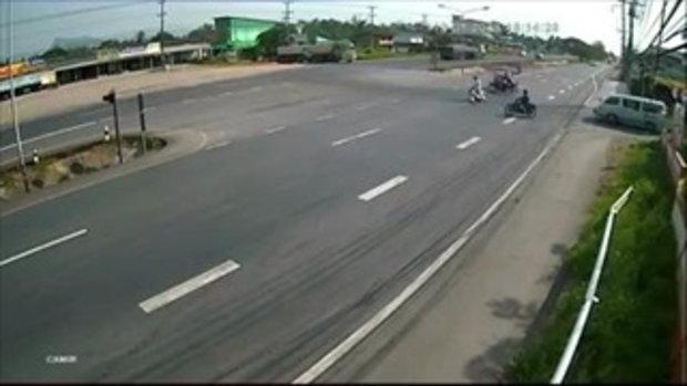 โกงความตาย เผยคลิปนาทีรถจักรยานยนต์ออกตัวจะข้ามถนน โชคดีแค่เฉี่ยว
