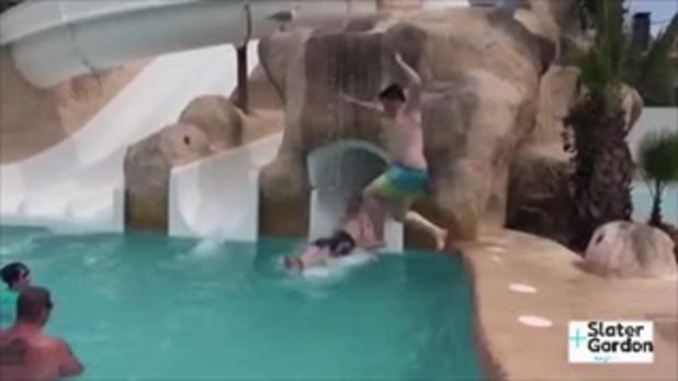 เจ็บแทน หนุ่มไหลสไลเดอร์มาดีๆ เจอเด็กโดดน้ำ แลนดิ้งลงบนร่างเต็มๆ