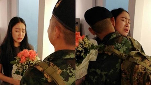 ถึงกับกลั้นน้ำตาไม่อยู่ ชมพลทหารกลับมาเซอร์ไพรส์แฟนพร้อมช่อดอกไม้สุดซึ้ง