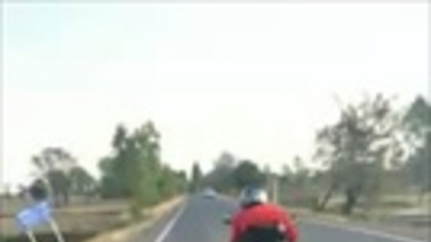 ทุ่มสุดตัว ตำรวจหนุ่มใช้รถตัวเองช่วยสกัดจับเด็กแว้น รถพุ่งตกข้างทาง เสียหายยับ