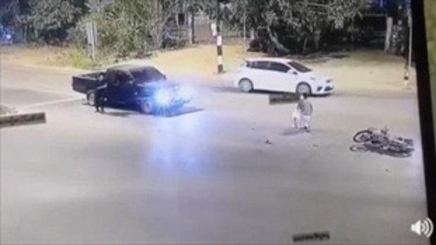 ติดไฟแดงยังซวย กระบะพุ่งชนมอเตอร์ไซด์ ลงจากรถยกมือไหว้ขอโทษ