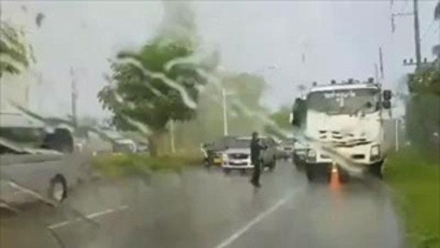 """ชื่นชมหัวใจ """"พี่ทหาร"""" ลงจากรถท่ามกลางสายฝน มายืนโบกรถที่ผ่านไปมา"""