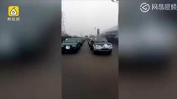 อลังการ เศรษฐีจีนจ้างรถบรรทุกหลายร้อยคัน-มหรสพ แห่ศพแม่