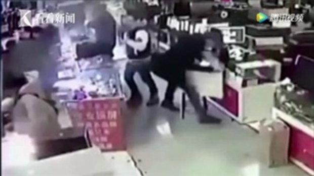 หนุ่มกัดแบตฯมือถือ พิสูจน์ของจริงหรือปลอม ระเบิดบึ้มกลางร้านขาย
