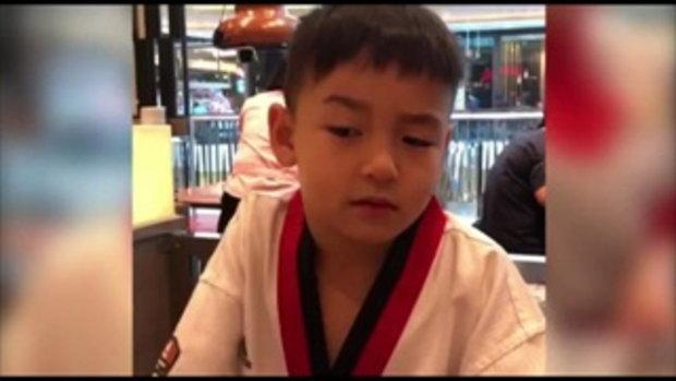 น้องชิโน่ ลูกชายคนโต พลอย ชิดจันทร์ ทำหน้ากวนๆ ให้คุณแม่ดู จะทะเล้นขนาดไหน