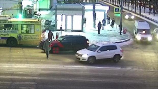 อะไรคือความเจ็บ!!! สาวเดินข้ามถนน ถูกรถชน แต่ยังลุกเดินต่อได้