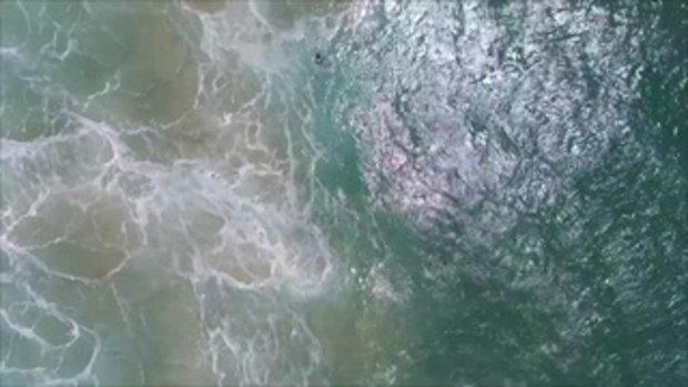 นาทีช่วยชีวิต 2 วัยรุ่น ลอยคอกลางทะเล หลังถูกคลื่นซัด กำลังจะจมน้ำตาย