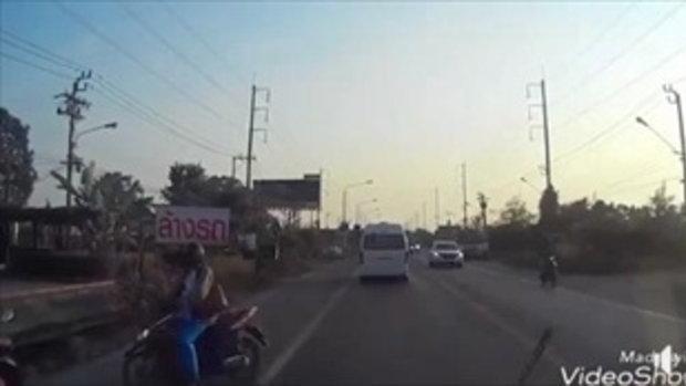 อุทาหรณ์ จักรยานยนต์รอข้ามถนน รถยนต์ให้ทาง เจอมอไซค์อีกคันพุ่งชน เจ็บหนัก