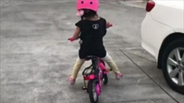 น้องมะลิ เก่งมากขี่จักรยานสองล้อได้แล้ว