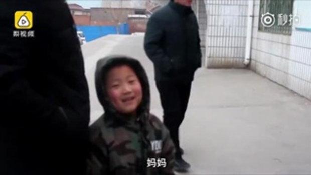 ยิ้มแก้มปริ เด็กชายรอรับแม่กับพี่สาวกลับบ้านตรุษจีน
