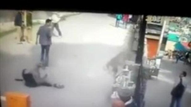 อย่ามาซ่า หนุ่มชูนิ้วกลางใส่ลิงข้างถนน เจอโดดถีบขาคู่ล้มตึง