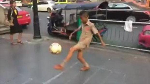 ซุปตาร์ ริมถนน หนุ่มน้อยโชว์เดาะบอลหาเงินเรียนหนังสือ