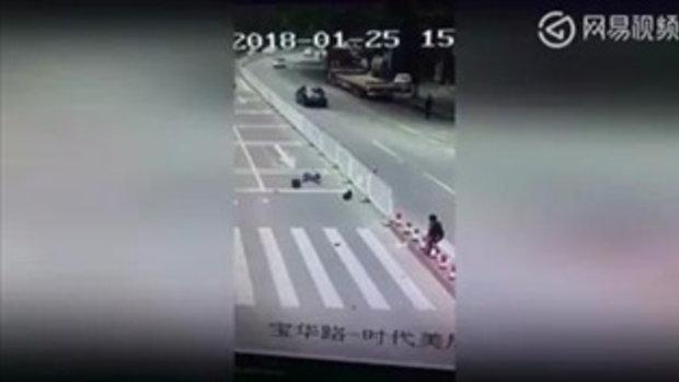 เฉียด! สองหนูน้อยกำลังวิ่งข้ามถนนตรงทางม้าลายอยู่ดีๆ ก็ต้องยืนช็อคกลางถนน