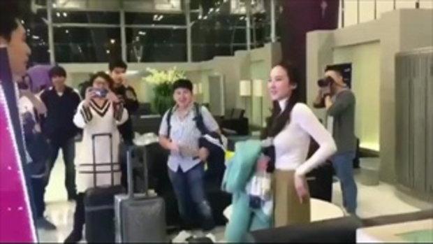 นึกว่าแฟนคลับเซอร์ไพรส์ป้ายไฟ อั้ม ที่สนามบิน แต่พอดูดีๆ ที่แท้คือ