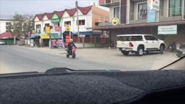เกิดเหตุจนได้ เด็กเตะบอลกลางถนนไม่สนใจใคร โดนชนอย่างจัง