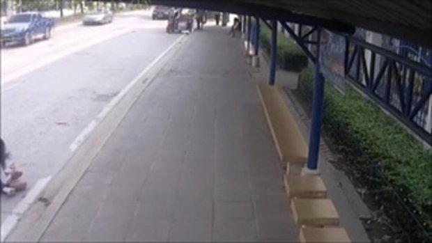 วินาทีหน้าทิ่ม รถเมล์ออกตัวไม่มองผู้โดยสาร ทำสาวม.5 หวิดเสียโฉม